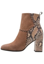 Kennel Schmenger Karen Boots Brown