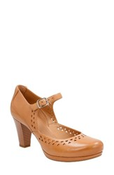 Clarksr Women's Clarks Chorus Chime Mary Jane Pump Light Tan Leather
