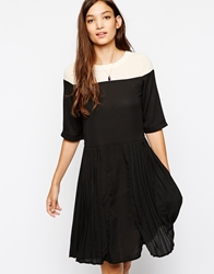 Paisie Two Tone Shift Dress With Pleated Panel Creamandblack