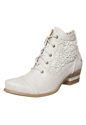 Mustang Laceup Boots Ice Off White